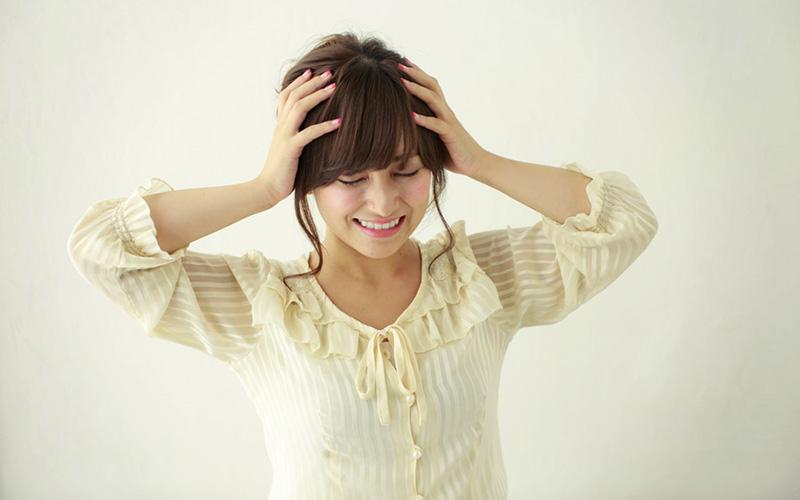 女性の頭皮・髪からフケが出る原因は?フケの種類は?